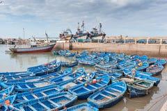 Fiskebåtar och ships i hamnen Essaouira Morocc Arkivfoton
