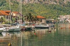 Fiskebåtar och små yachter på vattnet nära sjösidabyn Fjärd av det Kotor Adriatiskt havet, Montenegro arkivbild
