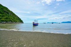 Fiskebåtar och stranden i Pran Buri, Thailand Royaltyfri Foto