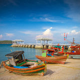 Fiskebåtar och wood strandpaviljong Royaltyfri Foto