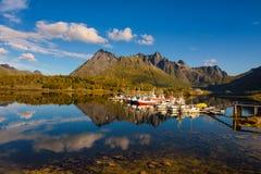 Fiskebåtar och yachter på Lofoten öar i Norge Royaltyfri Fotografi