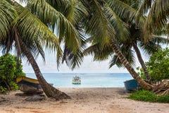 Fiskebåtar på den Anse Royale stranden Arkivbild