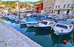 Fiskebåtar på den HydraportSaronic golfen Grekland Arkivfoto