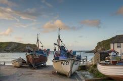 Fiskebåtar på den Lulworth lilla viken Dorset royaltyfria bilder