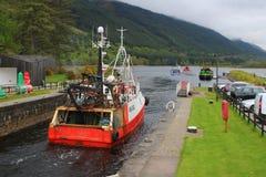 Fiskebåtar på den skotska kanalen Royaltyfri Bild