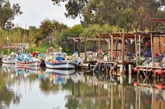 Fiskebåtar på en flod i Cypern Royaltyfri Bild