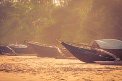 Fiskebåtar på en tropisk strand Arkivfoton