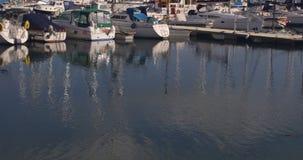 Fiskebåtar på hamnen i morgonen arkivfilmer