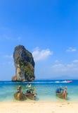 Fiskebåtar på havet och den härliga ön royaltyfria foton