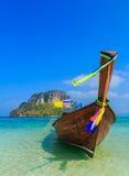 Fiskebåtar på havet och den härliga ön royaltyfria bilder
