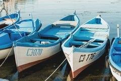 Fiskebåtar på kajen Arkivfoto