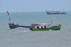 Fiskebåtar på kringstrykande royaltyfri foto