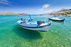 Fiskebåtar på kusten av Crete fotografering för bildbyråer