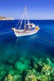 Fiskebåtar på kusten av Zakynthos Arkivbilder