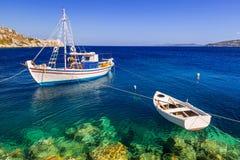 Fiskebåtar på kusten av Zakynthos Arkivfoton