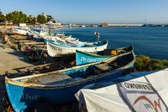 Fiskebåtar på kusten Hamnstad av sjösidastaden av Pomorie Royaltyfri Foto