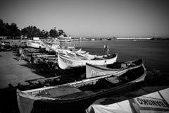 Fiskebåtar på kusten Hamnstad av sjösidastaden av Pomorie Fotografering för Bildbyråer