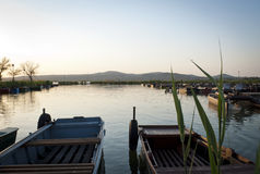 Fiskebåtar på laken Velence Arkivfoton