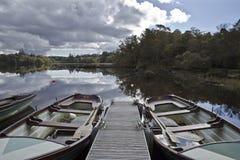 Fiskebåtar på loughen Eske, Co Donegal Irland arkivbilder