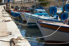 Fiskebåtar på pir Arkivfoto