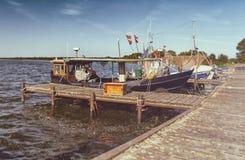 Fiskebåtar på pir - retro blick royaltyfri foto