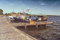 Fiskebåtar på pir - retro blick royaltyfria foton