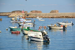 Fiskebåtar på porten, Bordeira, Algarve, Portugal Arkivbild