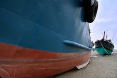 Fiskebåtar på sand Royaltyfria Bilder