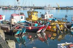 Fiskebåtar på Scarborough Royaltyfri Bild