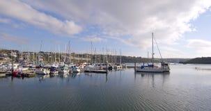 Fiskebåtar på skeppsdockan i morgonen stock video