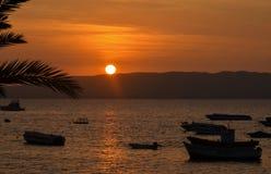 Fiskebåtar på solnedgången i Paracas, Peru fotografering för bildbyråer