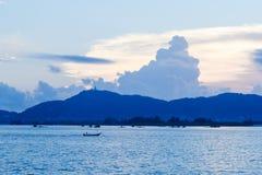 Fiskebåtar på solnedgången på Pan Wa arkivbild