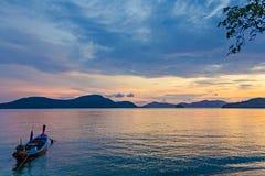 Fiskebåtar på solnedgången på Pan Wa arkivfoto