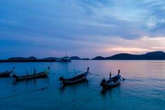 Fiskebåtar på solnedgången på Pan Wa royaltyfria bilder