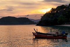 Fiskebåtar på solnedgången på Pan Wa Arkivbilder
