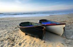 Fiskebåtar på stranden Arkivfoton