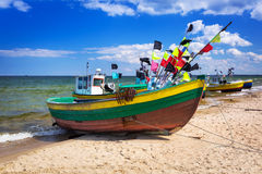 Fiskebåtar på stranden av Östersjön royaltyfria bilder
