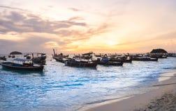 Fiskebåtar på stranden på den siktsseascapeLipe ön och härlig ljus soluppgång i morgon Royaltyfria Foton