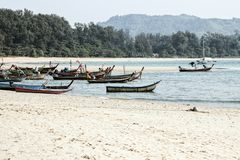 Fiskebåtar på stranden för nai yang arkivfoton