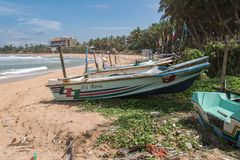 Fiskebåtar på stranden i Asien Arkivbilder