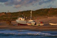 Fiskebåtar på stranden I ljuset av solnedgången Royaltyfria Foton