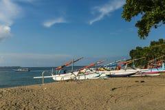 Fiskebåtar på stranden i Lombok, Indonesien Fotografering för Bildbyråer
