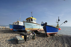 Fiskebåtar på stranden på öl i Devon Royaltyfria Bilder