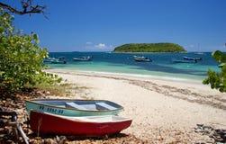 Fiskebåtar på stranden, Vieques ö, Puerto Rico Arkivbilder