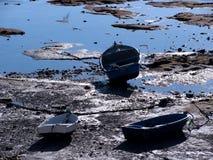 Fiskebåtar på strandsemesterorten av La Caleta i Cadiz Royaltyfri Fotografi