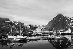 Fiskebåtar Reine, Lofotens, Norge Arkivbild