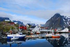 Fiskebåtar Reine, Lofotens, Norge Royaltyfri Foto