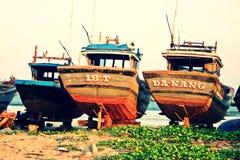 Fiskebåtar reparerar under Arkivbild