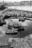 Fiskebåtar San Sebastian Bay, nordliga Spanien Arkivfoto