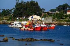 Fiskebåtar som är röda och som är vita med flaggor Royaltyfri Bild